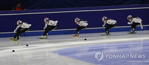 South Korean men's national short track speed skaters practice at Mokdong Ice Rink in Seoul on Nov. 15, 2017, ahead of the International Skating Union (ISU) World Cup Short Track Speed Skating. (Yonhap)