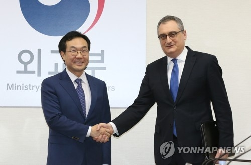 Lee Do-hoon (L), South Korea's top envoy on North Korean nuclear issues, shakes hands with his Russian counterpart, Igor Morgulov, before their meeting at the South Korean foreign ministry headquarters in Seoul on Nov. 27, 2017. (Yonhap)