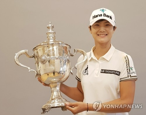 In this file photo provided by SEMA Sports Marketing on Nov. 20, 2017, Park Sung-hyun of South Korea holds the trophy for the LPGA Tour's Player of the Year honors after the season-ending CME Group Tour Championship in Naples, Florida. (Yonhap)
