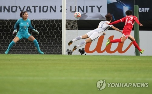 North Korean forward Kim Yun-mi (C) scores on a header against South Korea during the East Asian Football Federation (EAFF) E-1 Football Championship at Soga Sports Park in Chiba, Japan, on Dec. 11, 2017. (Yonhap)