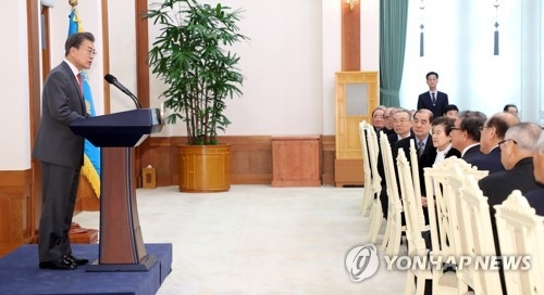 President Moon Jae-in (L) speaks during a meeting with members of the Korean Senior Citizens Association at his office Cheong Wa Dae in Seoul on Jan. 5, 2018. (Yonhap)