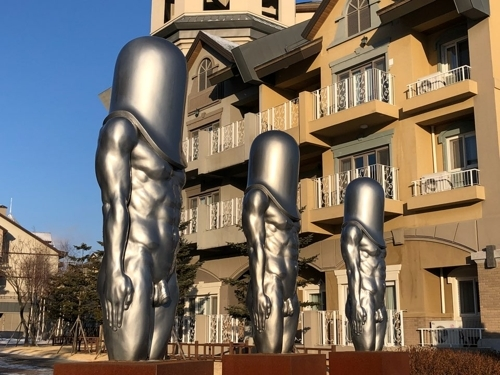 """Bullet Men"" statues at Alpensia Resort in PyeongChang, Gangwon Province (Yonhap)"