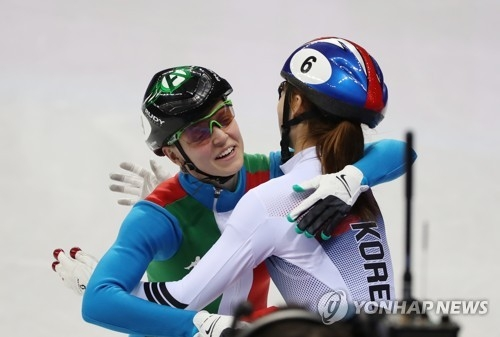 South Korean short track speed skater Choi Min-jeong (R) embraces Arianna Fontana of Italy after finishing the women's 500-meter final at Gangneung Ice Arena in Gangneung, Gangwon Province, during the PyeongChang Winter Olympics on Feb. 13, 2018. (Yonhap)