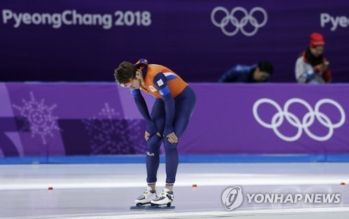 Jan Blokhuijsen of the Netherlands appears dejected after the men's team pursuit semifinal speed skating race at the Gangneung Oval at the 2018 Winter Olympics in Gangneung, South Korea, Wednesday, Feb. 21, 2018, in this Associated Press photo. (Yonhap)