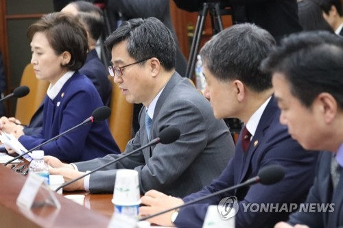 Finance Minister Kim Dong-yeon (3rd from R) speaks at an economy-related ministerial meeting in Seoul on March 12, 2018. Kim said South Korea will decide within the first half of this year whether to join the Japan-led Comprehensive and Progressive Agreement for Trans-Pacific Partnership (CPTPP). (Yonhap)