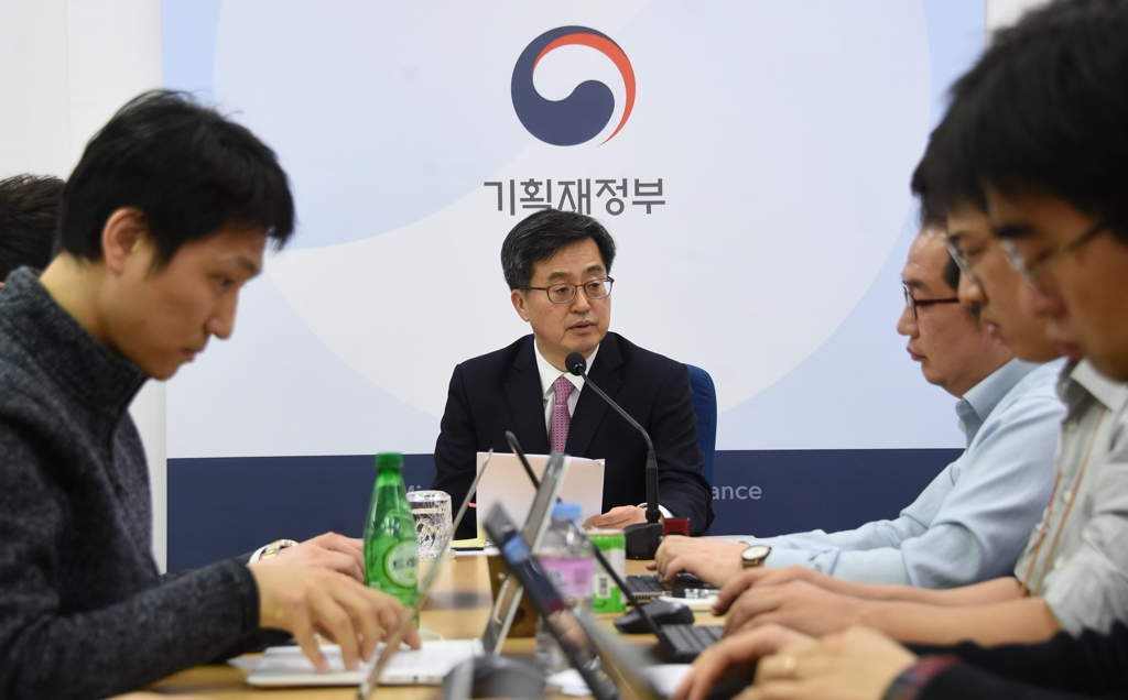 Finance Minister Kim Dong-yeon (C) speaks during a press meeting in the administrative city of Sejong, on March 13, 2018. (Yonhap)