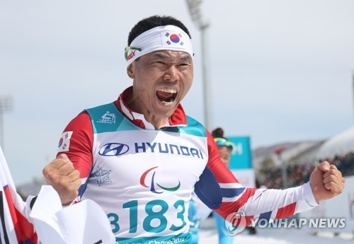 South Korea's Sin Eui-hyun celebrates after winning the men's 7.5-kilometer sitting cross-country skiing event at the PyeongChang Winter Paralympic Games at Alpensia Biathlon Centre in PyeongChang, Gangwon Province, on March 17, 2018. (Yonhap)