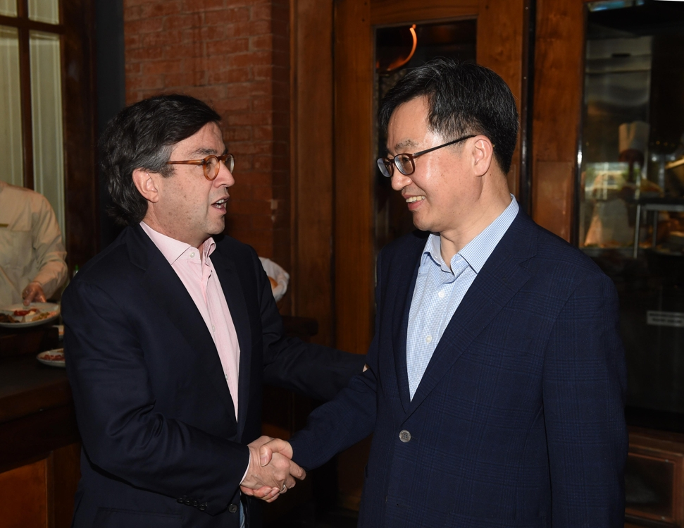 South Korean Finance Minister Kim Dong-yeon (R) shakes hands with Luis Alberto Moreno, president of the Inter-American Development Bank (IDB), in Buenos Aires, Argentina, on March 18, 2018. (Yonhap)