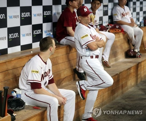 In this file photo taken on Aug. 1, 2017, Brandon Knight (R), pitching coach for the Nexen Heroes, chats with pitcher Andy Van Hekken during a Korea Baseball Organization regular season game against the SK Wyverns at Gocheok Sky Dome in Seoul. (Yonhap)