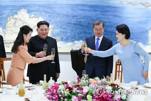South Korean President Moon Jae-in (2nd from R) and his wife, Kim Jung-sook (R), make a toast with North Korean leader Kim Jong-un (2nd from L) and his wife, Ri Sol-ju, during a welcome dinner at the Peace House building on the southern side of the truce village of Panmunjom in the Demilitarized Zone on April 27, 2018. (Yonhap)