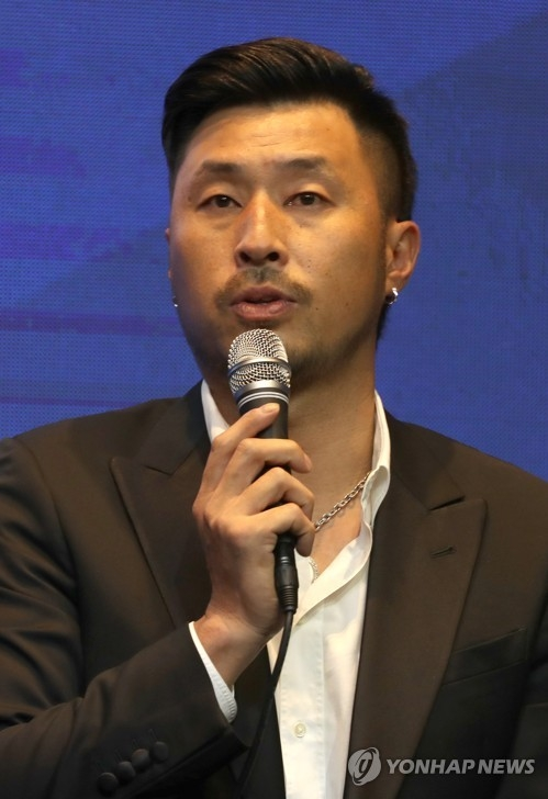 South Korean baseball player Kim Kyeong-eon speaks at a press conference after a signing ceremony in Seoul on May 21, 2018, for a new, all-Korean team in the Australian Baseball League (ABL). Kim, formerly with the Hanwha Eagles in the Korea Baseball Organization, is the first player to commit to the new ABL club. (Yonhap)