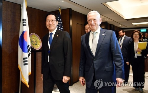 South Korean Defense Minister Song Yong-moo (L) and his American counterpart Jim Mattis walk out of a room after talks in Singapore on June 2, 2018 in this photo provided by Song's ministry. (Yonhap)