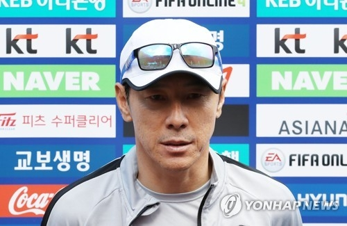South Korea national football team head coach Shin Tae-yong speaks to reporters before training at Steinbergstadion in Leogang, Austria, on June 4, 2018. (Yonhap)