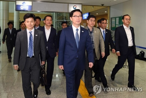 This photo taken by the joint press corps shows South Korean officials and civilians led by Vice Unification Minister Chun Hae-sung (C) leaving for Kaesong on June 8, 2018, to inspect facilities for a planned inter-Korean liaison office. (Yonhap)