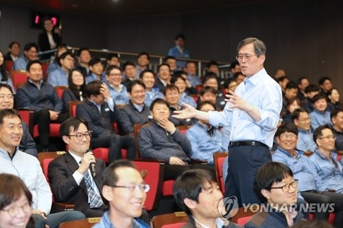 Chung Jae-hoon, the CEO of the Korea Hydro & Nuclear Power Co. (KHNP), speaks during an inaugural ceremony held at the headquarters in Gyeongju, 370 kilometers southeast of Seoul, on April 5, 2018. (Yonhap)