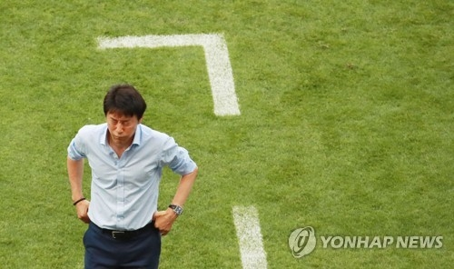 South Korean head coach Shin Tae-yong returns to the lockers after a scoreless half with Germany in Group F action during the 2018 FIFA World Cup at Kazan Arena in Kazan, Russia, on June 27, 2018. South Korea won the match 2-0. (Yonhap)