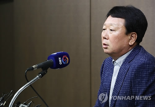 In this file photo from June 11, 2018, Sun Dong-yol, manager of the South Korean national baseball team, announces his 24-man roster for the 2018 Asian Games in the Korea Baseball Organization headquarters in Seoul. (Yonhap)