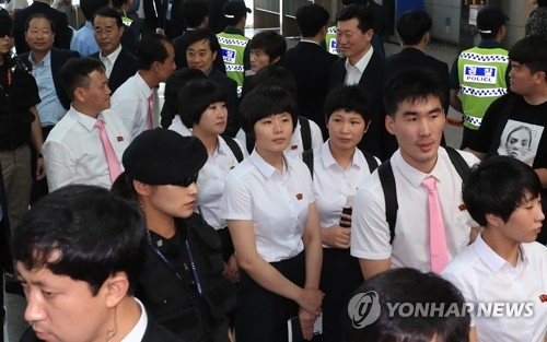 Members of the North Korean table tennis team (in white shirts) approach customs at Incheon International Airport, west of Seoul, on July 23, 2018, after competing at the International Table Tennis Federation (ITTF) World Tour Platinum Korea Open in Daejeon, 160 kilometers south of Seoul, over the past week. (Yonhap)