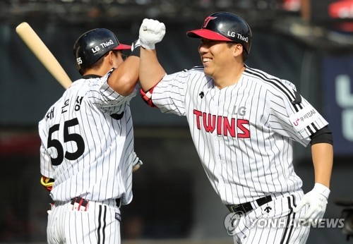In this file photo from May 20, 2018, Kim Hyun-soo of the LG Twins (R) celebrates his solo home run against the Hanwha Eagles with his teammate Chae Eun-seong in the bottom of the seventh inning in a Korea Baseball Organization regular season game at Jamsil Stadium in Seoul. (Yonhap)