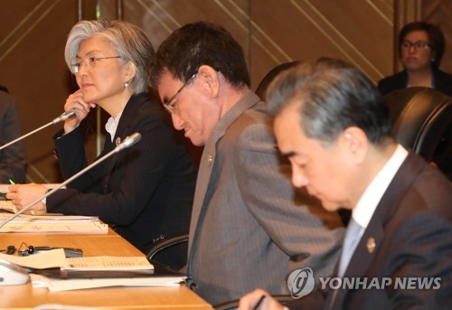 South Korean Foreign Minister Kang Kyung-wha (L) attends a multilateral meeting with her Chinese and Japanese counterparts -- Wang Yi (R) and Taro Kono -- in Manila on Aug. 7, 2017, in this file photo. (Yonhap)