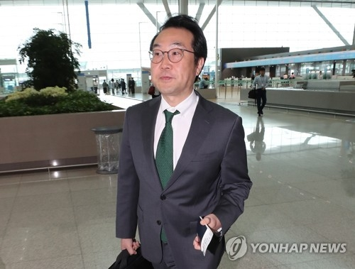 This file photo, taken July 11, 2018, shows Lee Do-hoon, representative for Korean Peninsula peace and security affairs at South Korea's foreign ministry, appearing at Incheon International Airport, west of Seoul, for an overseas trip. (Yonhap)