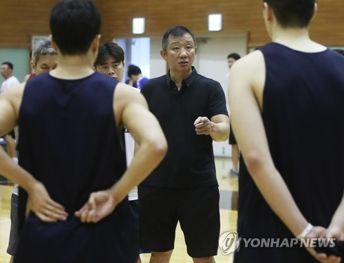 South Korean men's national basketball team head coach Hur Jae (C) speaks to his players after their practice game against the domestic league club KT Sonicboom in Suwon, 45 kilometers south of Seoul, on Aug. 8, 2018. (Yonhap)