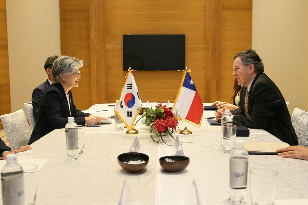 South Korean Foreign Minister Kang Kyung-wha (L) and her Chilean counterpart Roberto Ampuero hold talks in Hanoi on Sept. 12, 2018 in this photo provided by Kang's ministry. (Yonhap)