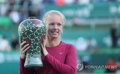 Kiki Bertens of the Netherlands holds the champion's trophy after winning the women's singles title at the Korea Open on the Women's Tennis Association Tour at Olympic Park Tennis Center in Seoul on Sept. 23, 2018. (Yonhap)