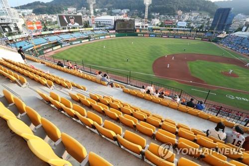 This file photo from July 25, 2018, shows empty sections at Hanwha Life Eagles Park in Daejeon, 160 kilometers south of Seoul, during a Korea Baseball Organization (KBO) regular season game between the Hanwha Eagles and the Kia Tigers. The KBO said attendance in July fell 12 percent compared with a year ago amid a record-breaking heat wave. (Yonhap)
