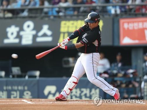 In this file photo from Oct. 13, 2018, Kang Baek-ho of the KT Wiz gets a base hit against the Doosan Bears in a Korea Baseball Organization regular season game at Jamsil Stadium in Seoul. (Yonhap)