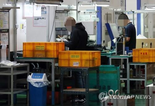 This undated file photo shows workers at a local small and medium-sized enterprise. (Yonhap)