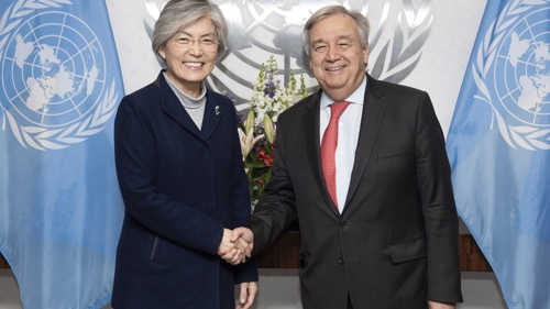 South Korean Foreign Minister Kang Kyung-wha meets with U.N. Secretary-General Antonio Guterres in New York on Nov. 28, 2018, in this photo provided by Kang's ministry. (Yonhap)