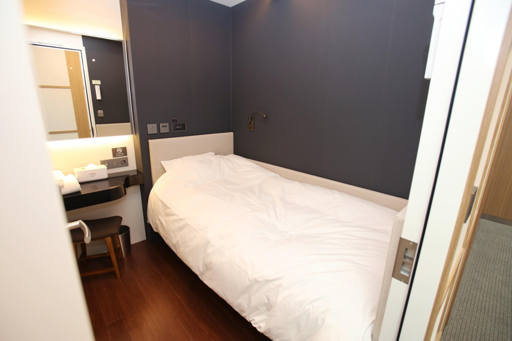 This image of a single room at Incheon International Airport's capsule hotel Darakhyu was provided by Walkerhill Hotel & Resort. (Yonhap)
