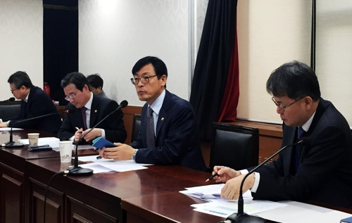 Lee Ho-seung (2nd from R), the first vice minister of economy and finance, holds a meeting at the government complex building in central Seoul on Jan. 4, 2019, in this photo provided by the Ministry of Economy and Finance. (Yonhap)