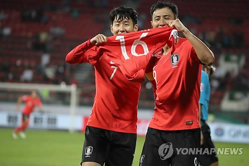 In this file photo taken Jan. 22, 2019, South Korea's Son Heung-min (L) and Ji Dong-won hold Ki Sung-yueng's jersey after their national team scored a goal in a 2019 AFC Asian Cup round of 16 match against Bahrain in Dubai, the United Arab Emirates. (Yonhap)