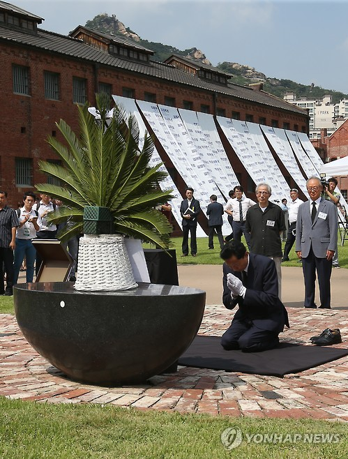 Former Japanese Prime Minister Yukio Hatoyama offers a silent prayer in front of a memorial stone at the Seodaemun Prison History Hall in western Seoul, in this file photo dated Aug. 12, 2015. The museum was a facility where leaders of anti-Japan resistance movements, including independence fighter Yu Gwan-sun, were imprisoned during the 1910-1945 Japanese colonial rule of the Korean Peninsula. (Yonhap)