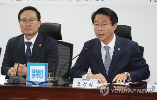Cho Jung-sik (R), chief policymaker of the ruling Democratic Party, speaks during a meeting of senior officials from the party, the government and the presidential office, in Seoul on Feb. 14, 2019. (Yonhap)