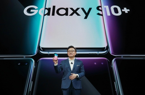 DJ Koh, head of Samsung's IT & Mobile Communications Division, introduces the new Galaxy S10+ smartphone during an Unpacked event held in San Francisco on Feb. 20, 2019 (local time), in this photo provided by the South Korean tech giant. (Yonhap)