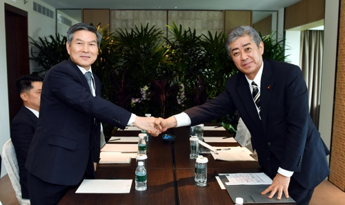 (LEAD) S. Korean, Japanese defense ministers hold first one-on-one talks since radar row