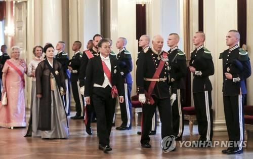 South Korean President Moon Jae-in (L, front) and the first lady Kim Jung-sook (behind Moon) attend a state dinner, hosted by King Harald V of Norway (R, front), at the royal place in Oslo on June 12, 2019. (Yonhap)