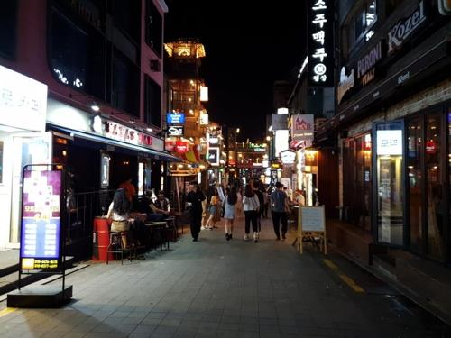 This file photo shows a street in Itaewon, central Seoul, on a quiet night. (Yonhap)
