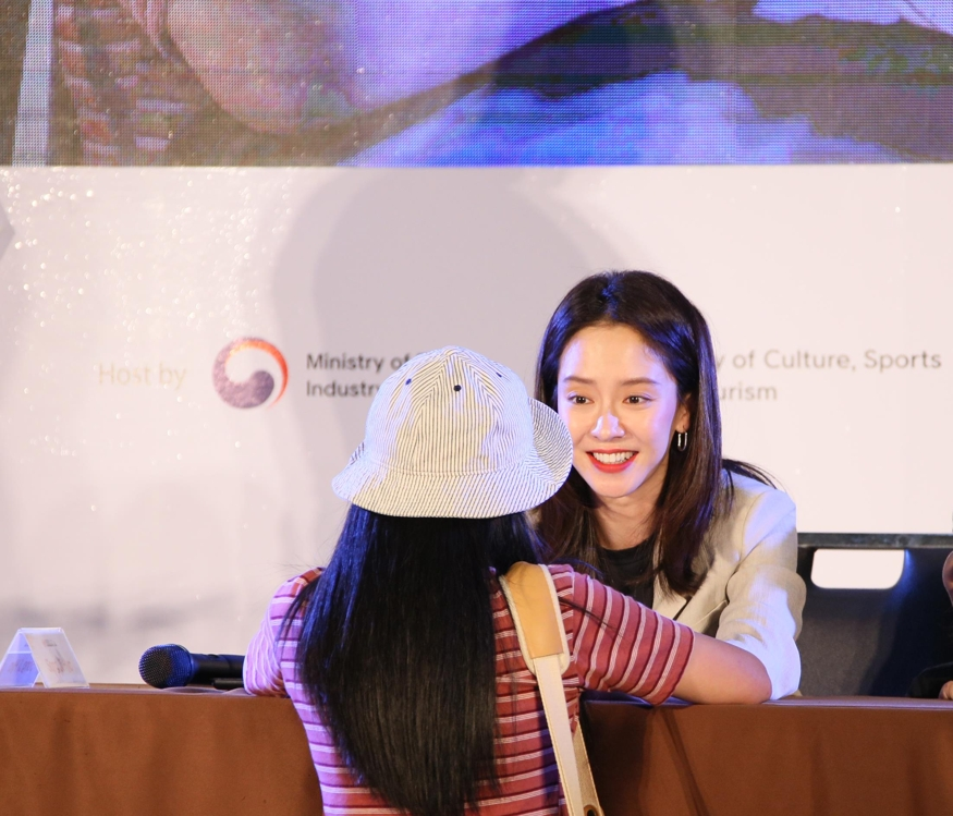 South Korean actress Song Ji-hyo talks to an unidentified Thai female fan during the Korea Brand & Entertainment Expo in Bangkok on June 8, 2019, in this photo provided by the Korea Trade-Investment Promotion Agency. (PHOTO NOT FOR SALE) (Yonhap)