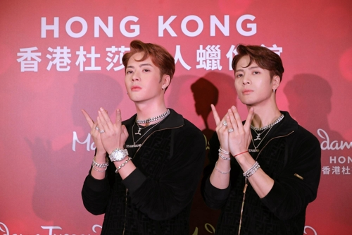 This image of GOT7 member Jackson (R) and his wax replica is provided by Team Wang. (PHOTO NOT FOR SALE) (Yonhap)