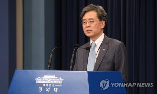 Kim Hyun-chong, deputy chief of the National Security Office, gives a briefing on the government's decision to end the General Security of Military Information Agreement (GSOMIA) with Japan at the presidential office in Seoul on Aug. 23, 2019. Seoul made the decision the previous day in a strong reaction to Tokyo's export restrictions on Seoul. (Yonhap)