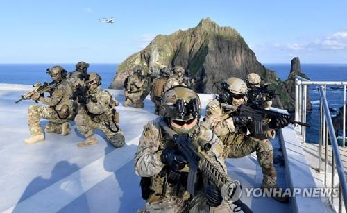 The South Korean Navy's special warfare flotilla officers take part in the drills on and around its easternmost islets of Dokdo in the East Sea on Aug. 25, 2019, in this photo provided by the Navy. (PHOTO NOT FOR SALE) (Yonhap)