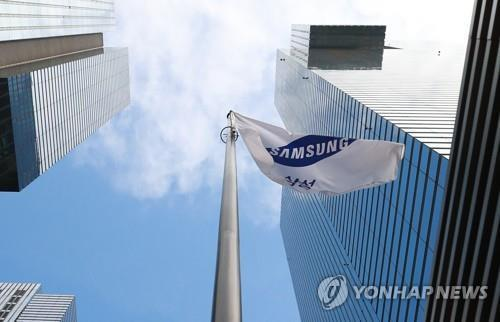 (LEAD) Samsung Electronics' Q3 earnings more than halve, beat market consensus
