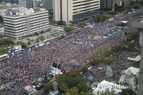 This file photo taken on Oct. 3, 2019, shows a massive rally at the Gwanghwamun square in Seoul organized by conservative civic groups to call for Justice Minister Cho Kuk's resignation. (Yonhap)