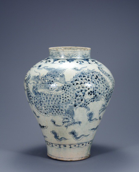 "This photo, taken from the website of the National Museum in Warsaw on Oct. 10, 2019, shows ""White Porcelain with Cloud and Dragon Design"" from the Joseon Dynasty. The porcelain is one of the artifacts to be displayed in a three-month exhibition on Korean art that the Polish museum will hold from the following day in cooperation with the National Museum of Korea in Seoul. (Yonhap)"