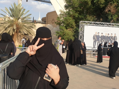 A teenage Saudi Arabian fan poses in front of King Fahd International Stadium in Riyadh on Oct. 10, 2019. (Yonhap)