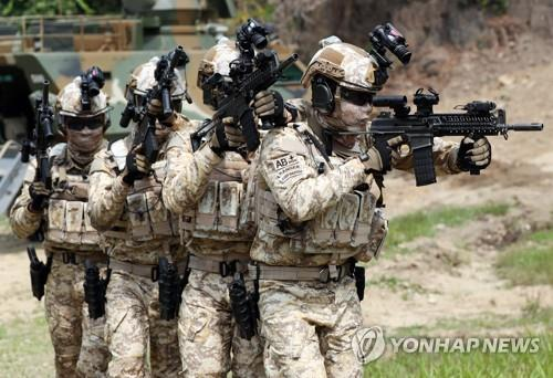 Members of the 14th South Korean military contingent to the United Arab Emirates, using a state-of-the-art warrior platform, demonstrate an operation at the International Peace Corps in Incheon, west of Seoul, prior to their departure on June 25, 2018. (Yonhap)